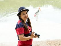 Портрет туристских женщин стоя близко пруд стоковые изображения rf