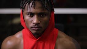 Портрет уверенного Афро-американского человека в спортзале видеоматериал