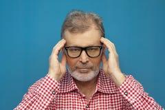 Портрет уверенного пожилого человека нося умную случайную рубашку и стильные стекла стоковые изображения rf