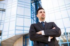 Портрет уверенно бизнесмена вне его офиса при его сложенные руки Стоковое Изображение RF