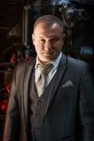 Портрет уверенно бизнесмена в ретро костюме представляя на старом fu стоковые изображения rf