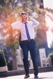 Портрет уверенно бизнесмена говоря на мобильном телефоне Стоковое Изображение RF