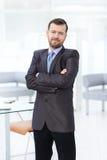 Портрет уверенно бизнесмена используя цифровую таблетку пока коллега в предпосылке Стоковое фото RF