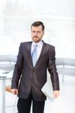 Портрет уверенно бизнесмена используя цифровую таблетку пока коллега в предпосылке Стоковая Фотография RF