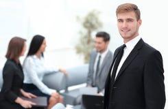 Портрет уверенно бизнесмена на предпосылке офиса Стоковые Фото