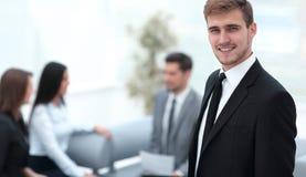 Портрет уверенно бизнесмена на предпосылке офиса Стоковые Изображения RF