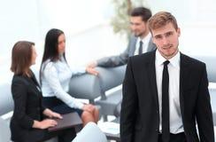 Портрет уверенно бизнесмена на предпосылке офиса Стоковые Фотографии RF