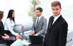 Портрет уверенно бизнесмена на предпосылке офиса Стоковые Изображения