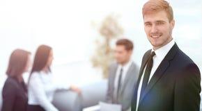 Портрет уверенно бизнесмена на предпосылке офиса Стоковая Фотография RF