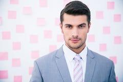 Портрет уверенно бизнесмена смотря камеру Стоковые Изображения