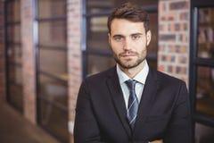 Портрет уверенно бизнесмена стоя в офисе Стоковое фото RF