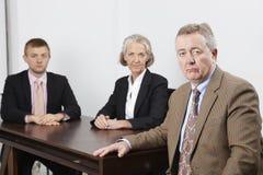 Портрет уверенно бизнес-группы на столе в офисе Стоковое Изображение