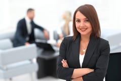 Портрет уверенно бизнес-леди на запачканном офисе предпосылки стоковые изображения