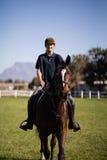 Портрет уверенно верховой лошади жокея на амбаре Стоковое Фото