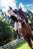 Портрет уверенно верховой лошади человека на поле Стоковое Изображение