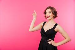 Портрет уверенно девушки одел в черном платье Стоковая Фотография RF
