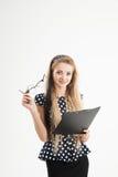 Портрет уверенно женского администратора в стеклах с бумагой Стоковая Фотография