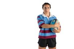 Портрет уверенно женского игрока держа шарик рэгби Стоковое Фото
