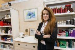 Портрет уверенно женского парикмахера в салоне красоты стоковое фото rf