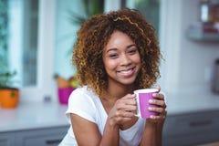 Портрет уверенно женщины имея кофе Стоковые Изображения