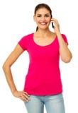 Портрет уверенно женщины используя умный телефон Стоковые Изображения RF