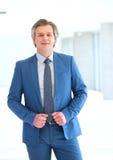 Портрет уверенно зрелого бизнесмена стоя в новом офисе Стоковое Фото