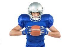 Портрет уверенно игрока спорт держа шарик Стоковая Фотография RF