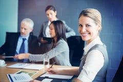Портрет уверенно коммерсантки в деловой встрече Стоковое Изображение RF