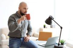 Портрет уверенно кофе молодого человека выпивая стоковое изображение