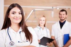 Портрет уверенно красивого доктора перед ее медицинским t стоковое фото rf