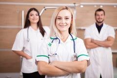 Портрет уверенно медицинской бригады доктора с белокурым сотрудник военно-медицинской службы внутри Стоковые Фото