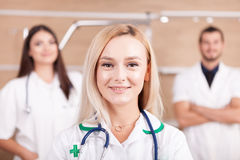 Портрет уверенно медицинской бригады доктора с белокурым сотрудник военно-медицинской службы внутри Стоковое фото RF