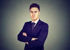 Портрет уверенно молодого бизнесмена изолированного на серой предпосылке Стоковая Фотография RF