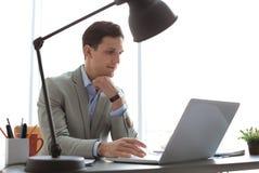 Портрет уверенно молодого бизнесмена с компьтер-книжкой Стоковые Фото