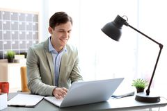 Портрет уверенно молодого бизнесмена с компьтер-книжкой Стоковое Изображение