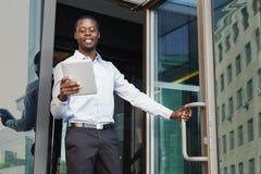 Портрет уверенно молодого черного бизнесмена с таблеткой Стоковое Изображение