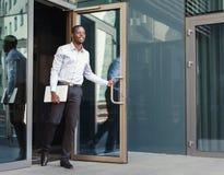 Портрет уверенно молодого черного бизнесмена с таблеткой Стоковые Фотографии RF