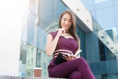 Портрет уверенно молодой коммерсантки outdoors Стоковое Изображение