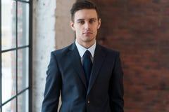 Портрет уверенно молодого бизнесмена стоя в офисе Стоковое Фото