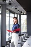Портрет уверенно молодого файла удерживания коммерсантки в конференц-зале Стоковая Фотография