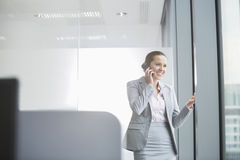 Портрет уверенно молодой коммерсантки в офисе Стоковое Изображение