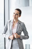 Портрет уверенно молодой коммерсантки в офисе Стоковое Фото