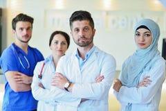 Портрет уверенно счастливой группы в составе доктора стоя на медицинском офисе Стоковые Фотографии RF