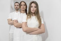 Портрет уверенно счастливой группы в составе доктора стоя на med стоковое изображение rf