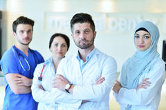 Портрет уверенно счастливой группы в составе доктора стоя на медицинском офисе Стоковая Фотография