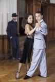 Портрет уверенно танцоров танго выполняя в ресторане Стоковое Фото