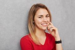 Портрет уверенно усмехаясь красивой женщины с здоровой чисто кожей, прямыми волосами, был радостный потратить свободное время с д Стоковое Изображение RF