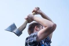 Портрет уверенно человека работая с осью Стоковое Фото