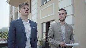 Портрет 2 уверенных людей в официальной носке идя на террасу обсуждая новый проект Концепция независимого, далекая сток-видео