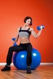 портрет удерживания гантели спортсмена счастливый Стоковое Изображение RF